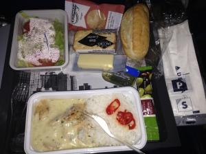 Chicken curry van Delta Airlines, sla met olijf-Balsamicodressing en een broodje met kaas en/of boter