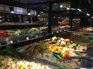 De Amerikaanse supermarkt heeft gewoon verse salades en smaakvolle gerechten voor relatief weinig geld te koop