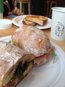 Chiabatta met Parmaham, mozzarella en balsamico en een tosti voor Robin
