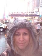 soms zit het mee, soms zit het tegen en sta je met je goede fatsoen, voor de deur vd NYPD op Times Square, in de regen