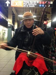 Zorg dat je in de metro wat kleingeld bij je hebt. Er zijn altijd mensen die je daarmee plezier doet.
