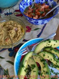 Spicy Humous, frisse tomatensalade en romige avocado's