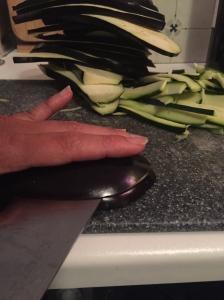 De aubergine en courgette worden in plakken gesneden van zo'n 0,5 cm. dik
