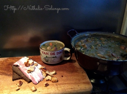 Erwtensoep op traditionele wijze geserveerd met roggebrood en katenspek